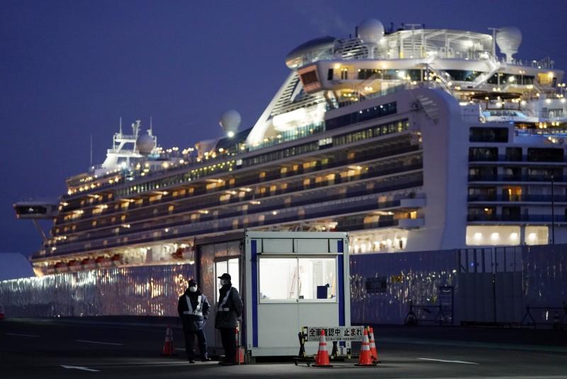 厚生勞動省23日表示,將透過電話來針對下船的乘客進行健康狀況的檢查,為期14天。圖為21日鑽石公主號旁的檢疫站。(歐新社)