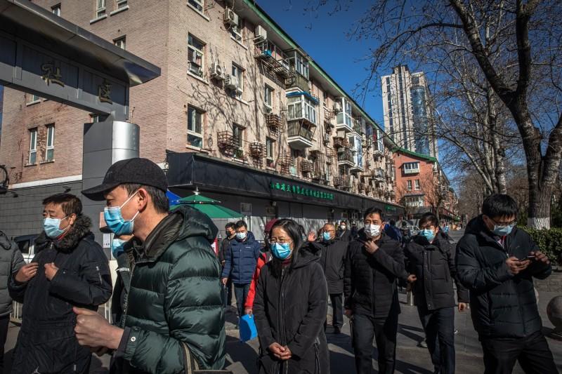 中國境內陸續復工和開放旅遊景點。示意圖,圖為北京街道上逛街民眾。(美聯社資料照)