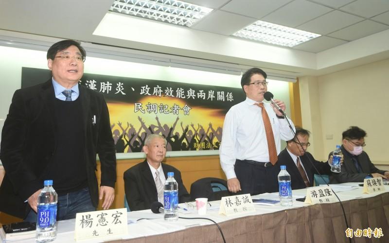 針對「武漢肺炎、政府效能與兩岸關係」等議題,台灣民意基金會24日舉行二月全國性民調發表會,董事長游盈隆公布各項民調。(記者方賓照攝)