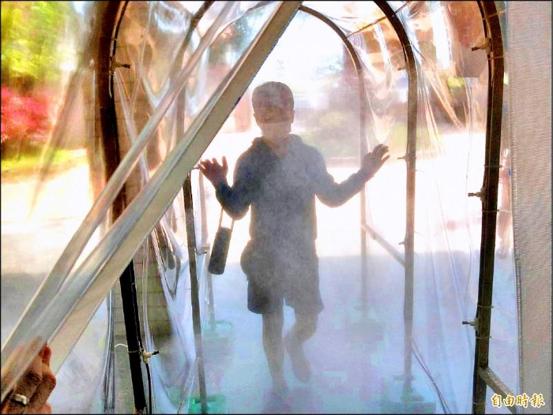 潛龍國小推防疫噴霧隧,噴出的水霧是高效率的次氯酸抗菌液,讓防疫多層保障。(記者李容萍攝)