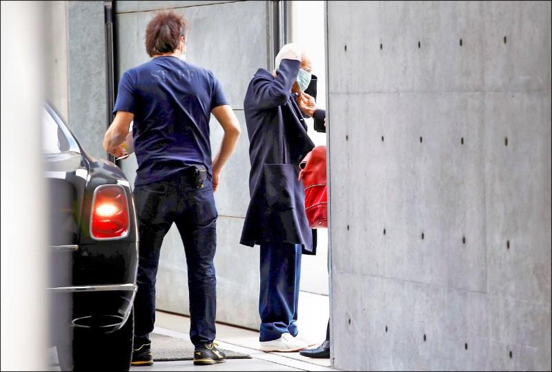 義大利知名品牌「亞曼尼」創辦人喬治.亞曼尼(Giorgio Armani)已高齡85歲,22日抵達米蘭時裝週會場時,也不忘戴口罩。(路透)