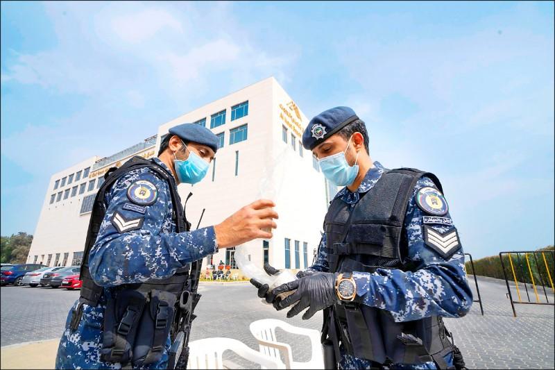 科威特特種部隊戴著口罩,駐守於被當作隔離所的飯店外。(路透)