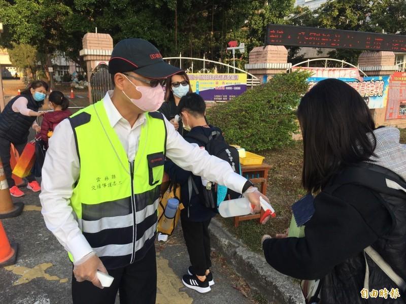 今天開學日,校園防疫不敢大意,各校在校門口逐一幫每名學生量測體溫及手部消毒。(記者黃淑莉攝)