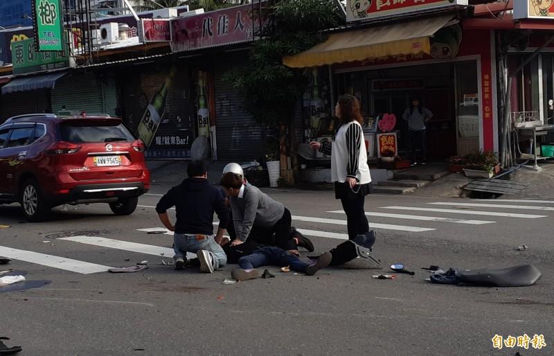 台東市漢陽北路車禍,正要上班的王美弟(右白衣婦女)叫兒子為倒地騎士進行CPR。(記者黃明堂攝)