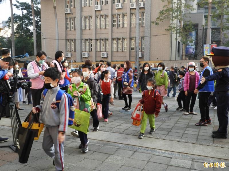 今天是全國高中職以下開學日,新北市教育局統計全市仍有231位學生滯留中國。圖為開學日情形。(記者賴筱桐攝)