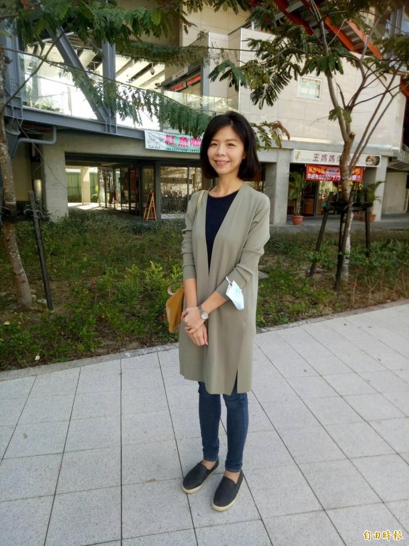 洪慈庸在松竹火車站受訪。(記者張軒哲攝)