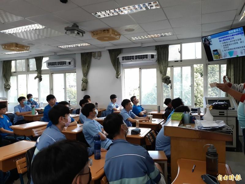 台東高中直播開學典禮,各班學生在教室看電視聽校長蔡美瑤說話。(記者黃明堂攝)