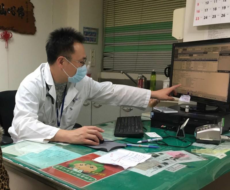 陳男心肌梗塞昏死情況危急,彰化秀傳心臟生理功能室主任羅明原帶領心導管治療團隊,打通陳男阻塞的血管。(記者湯世名翻攝)