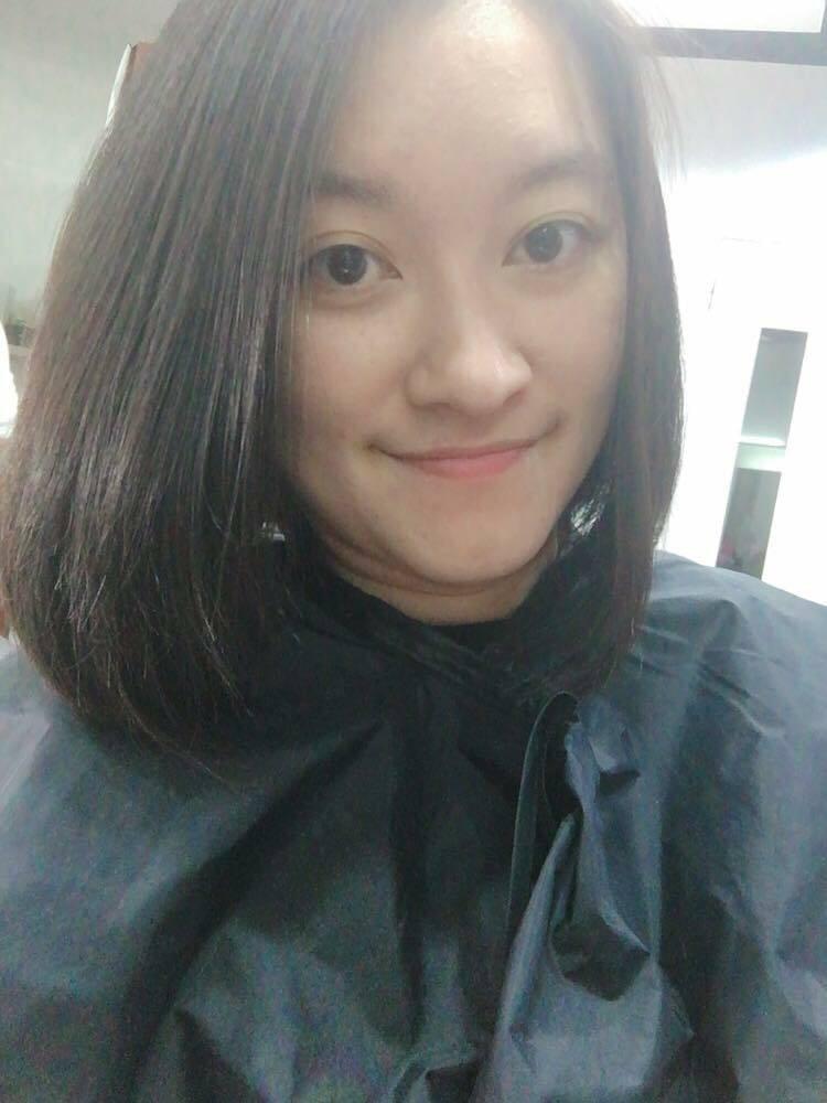 新生國中特教老師周鈺婷今天奮勇對車禍機車騎士做CPR。(記者黃明堂翻攝)
