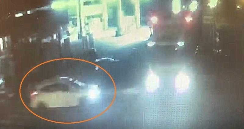 自小客車與曳引車碰撞的瞬間,自小客車(橘色圈圈)正行駛出來,準備穿越路口。(記者劉曉欣翻攝)