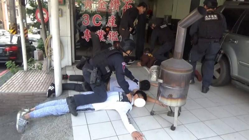 警方兵分多路逮人。(記者王冠仁翻攝)