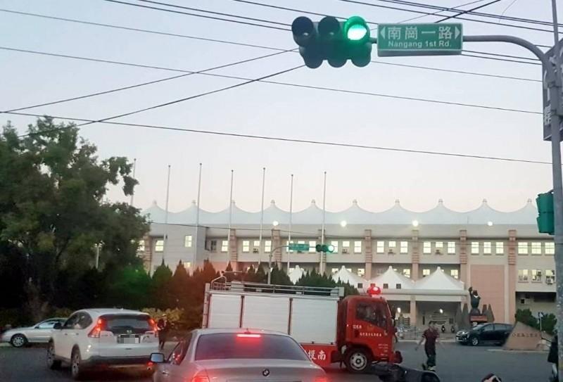 南投市南崗路及文化路十字路口今天傍晚發生消防車與機車擦撞事故。(記者謝介裕攝)