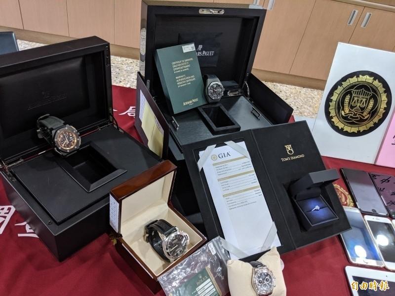 警方從在逃情侶住處查扣的奢侈品,市價高達5000萬元。(記者張瑞楨攝)