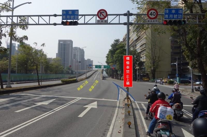 左營高架橋彎度太大、汽機車搶道,交通局宣布3月7日起禁止機慢車上橋。(記者黃良傑翻攝)