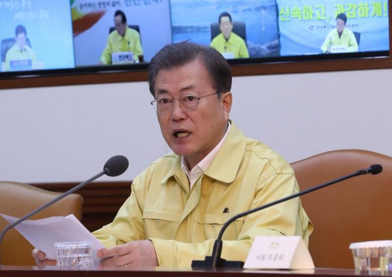 南韓的武漢肺炎疫情嚴重,總統文在寅遲遲卻沒有禁止中客入境,目前已有76萬人在網路連署要求當局頒布禁中令。(法新社)