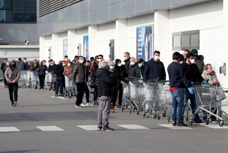 義大利武漢肺炎疫情發燒,確診數超過200例、7人死亡,是目前歐洲武漢肺炎確診人數最多的國家,甚至出現搶購民生物資,反映出民眾的不安。圖為義大利北部小城卡薩布斯特林戈的一家超市出現排隊人潮。(歐新社)