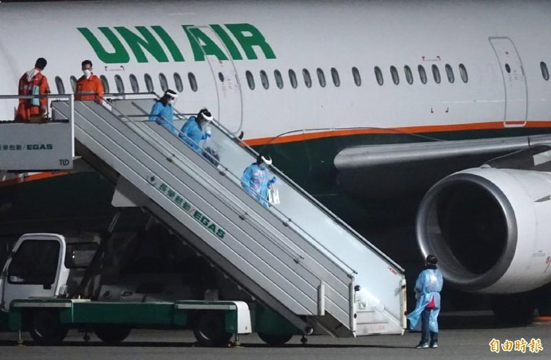 滯留中國湖北的血友病童與母親昨晚搭機返台,由救護車送至醫院檢疫。(資料照)