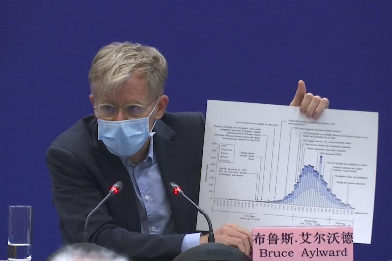 中國衛生部與WHO專家團2月24日在北京舉行武漢疫情記者會,與會WHO專家布魯斯艾爾沃德說漏嘴,他到武漢沒有醫院「髒區」,還不隔離就趕飛機走人。(美聯)