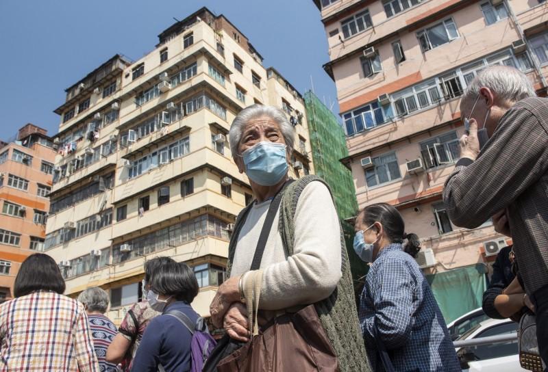 香港今(25)日新增3名武漢肺炎(COVID-19)患者,包括港鐵站務員和肯德基員工,累計確診病例達84例。(歐新社)