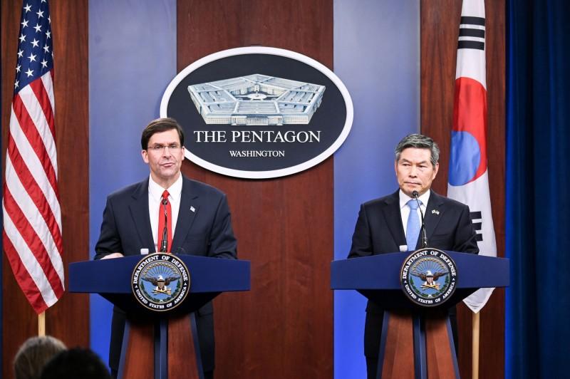 美國與南韓因考量到武漢肺炎疫情因素,確定將縮減聯合訓練規模,圖左為美國國防部長艾斯培,圖右為南韓國防部長鄭景斗。(路透)