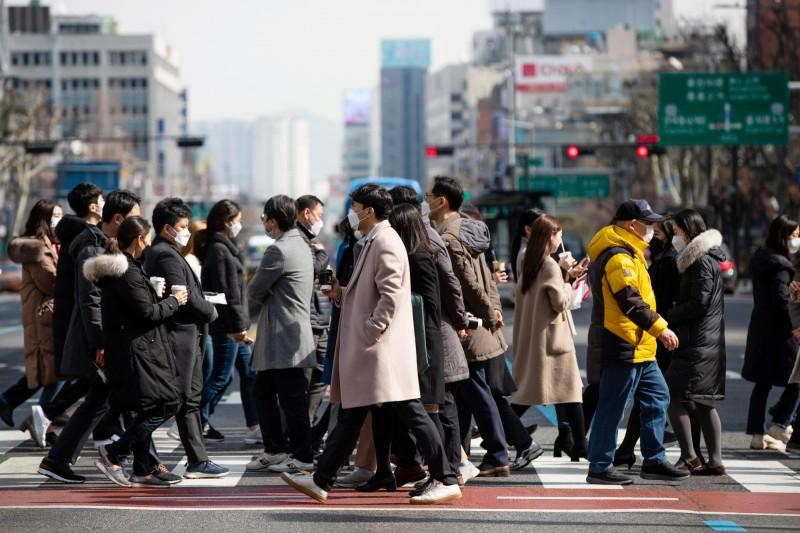 南韓武漢肺炎疫情失控,確診數已激增至接近900例,美國疾病管制暨預防中心(CDC)將南韓升至最高第三級的非必要勿前往。圖為首爾的人群。(彭博)