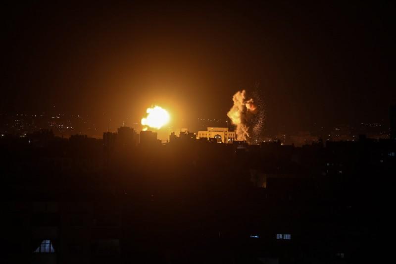 以色列對敘利亞首都大馬士革發動空襲,導致6人喪生。與此同時,以色列也對加薩發動空襲。圖為以色列空襲加薩。(歐新社)