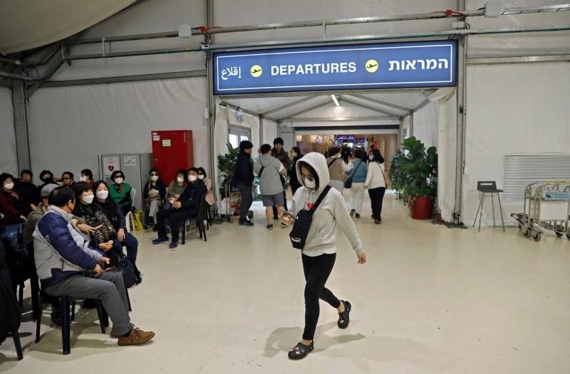 以色列本古里昂機場(Ben Gurion International Airport)滯留大批無法入境的南韓遊客,以色列當局自費安排包機將其送回國。(法新社)