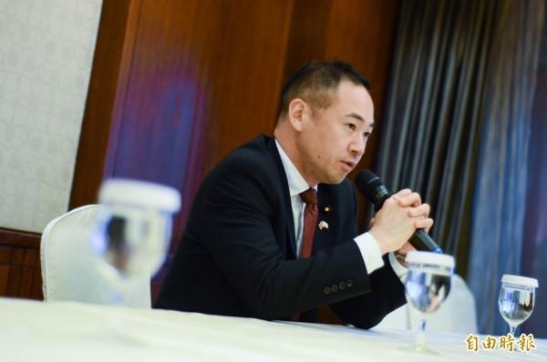 日本外務副大臣鈴木馨祐(見圖)25日撰文表示不贊成捐款活動,還稱那是「對敵對國家提供支持」。(資料照)