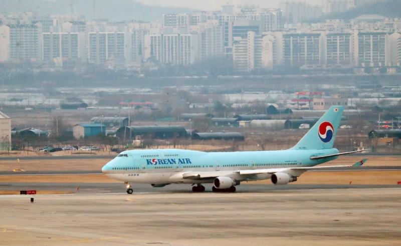 韓國的武漢肺炎疫情嚴重,目前傳出從南韓飛往中國山東青島的班機一位難求,機票費暴漲了好幾倍。韓國飛機示意圖。(歐新社)