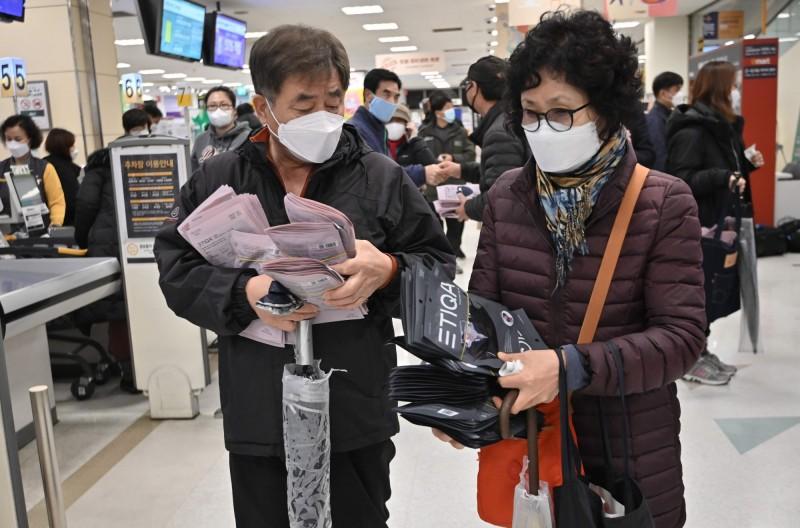 疫情迅速惡化,南韓出現口罩搶購潮。(法新社)