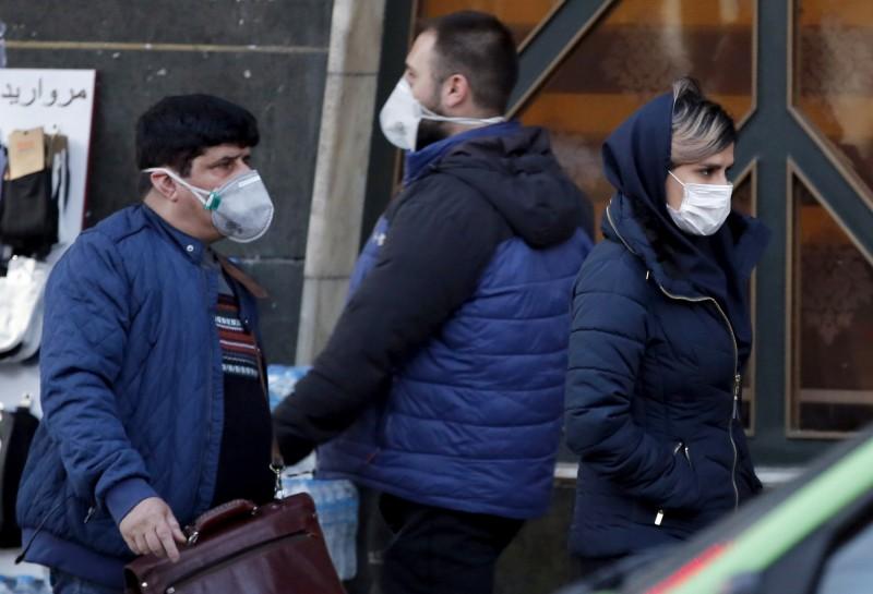 圖為伊朗首都德黑蘭街道上,路人戴著口罩行走。(歐新社)