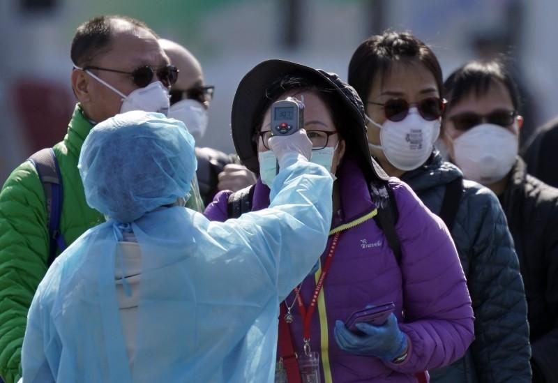 日本厚生勞動省大臣加藤勝信透露,鑽石公主號下船旅客目前有28人發燒,其中7人已去就診或預計就診。(歐新社)