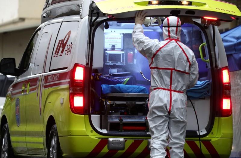 南韓境內武漢肺炎疫情快速加重,目前累計977例確診,而繼稍早出現第10例死亡後,又再度增加1名死亡病例,這名死亡病例為35名蒙古籍男性,是南韓境內首例外籍人士死亡。(路透)