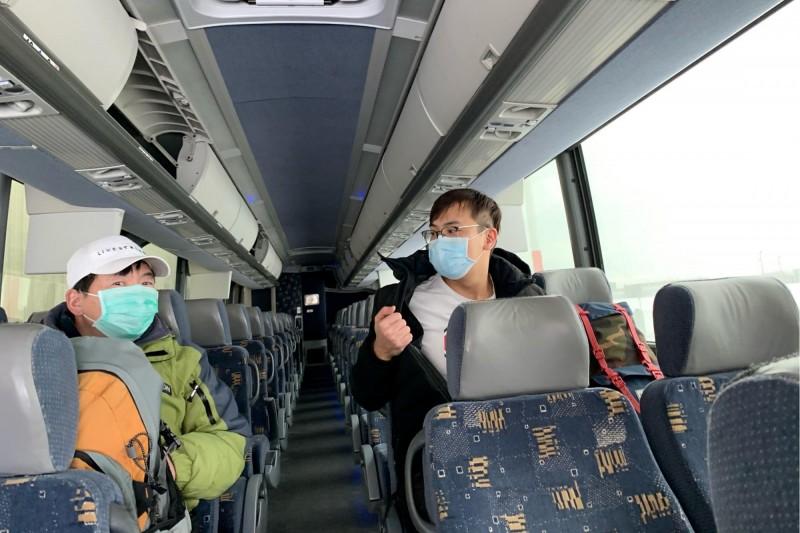 加拿大44個家庭聯合向政府請願,希望能派出撤僑包機載回還滯留在中國武漢的親屬,約有100人左右。圖為日前從中國武漢撤離的加拿大籍人士。(路透)
