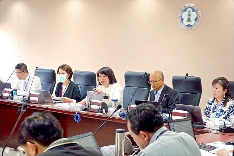 嘉義市長黃敏惠(左三)昨天召開市務會議,會中表示針對大型活動舉辦與否,將滾動式檢討。(嘉義市政府提供)