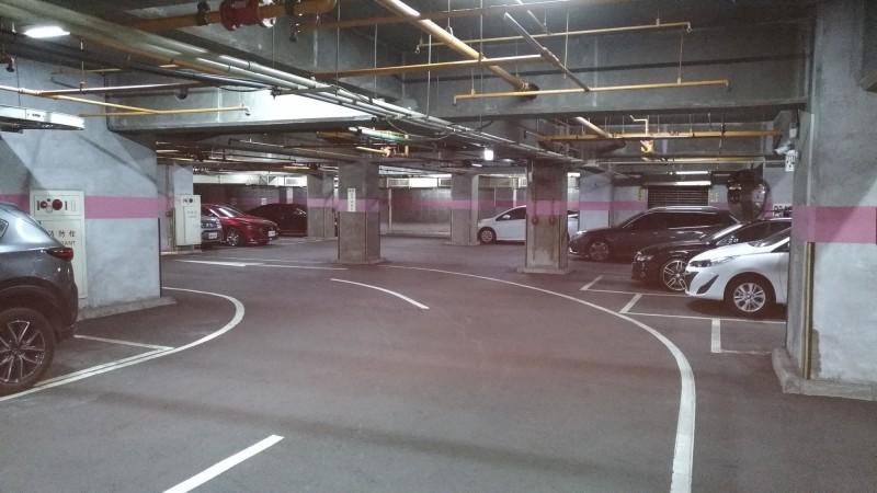 高市公共停車場一格難尋,結合運用18處商辦、住宅大樓共享停車位。(記者黃良傑翻攝)