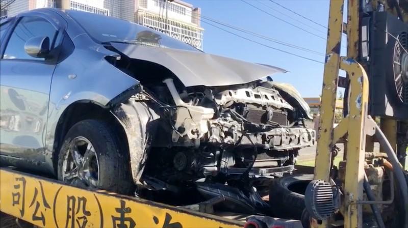Yaris轎車車頭嚴重毀損(民眾提供)
