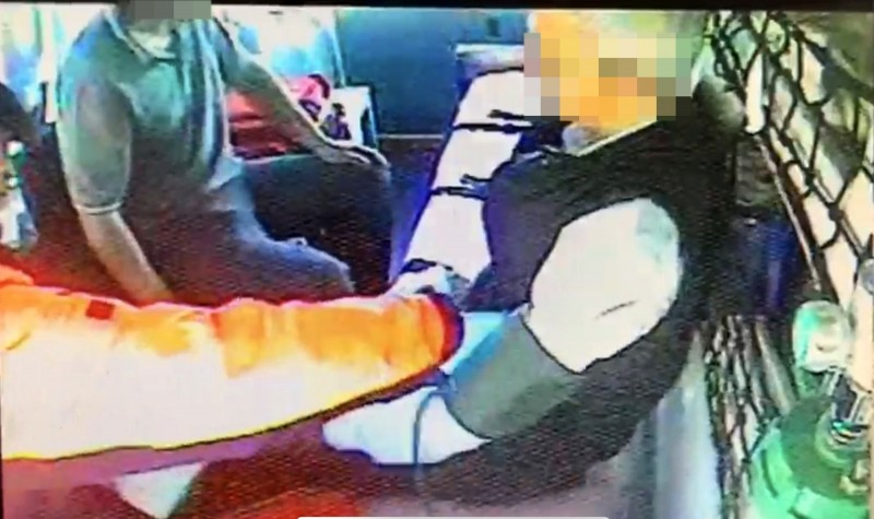 車子犁田的兩駕駛坐同部救護車到醫院治療。(記者陳鳳麗翻攝)