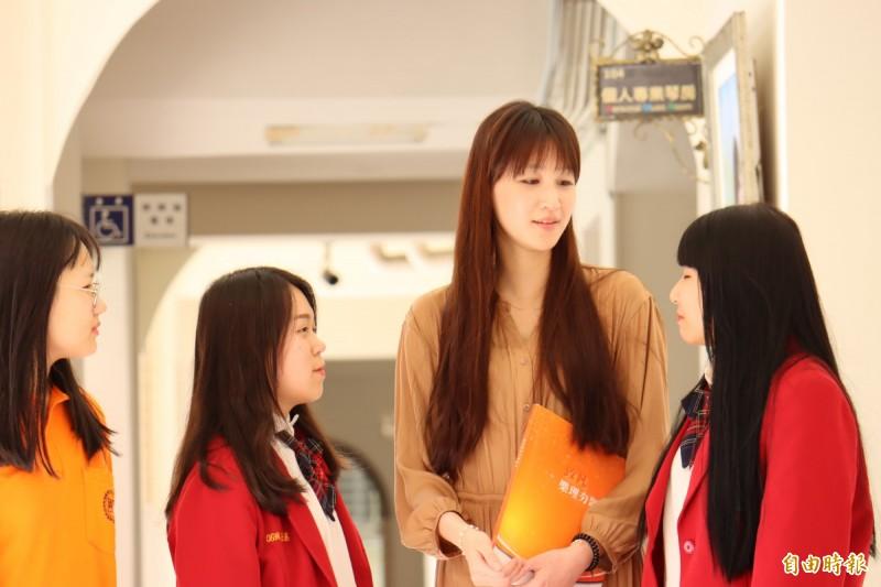 身材高䠷的葉倩宇,是學生心目中的偶像。(記者翁聿煌攝)