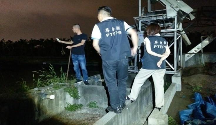 針對環保檢舉案,屏東縣環保局不分白天晚上到場稽查。(圖由屏東縣政府提供)