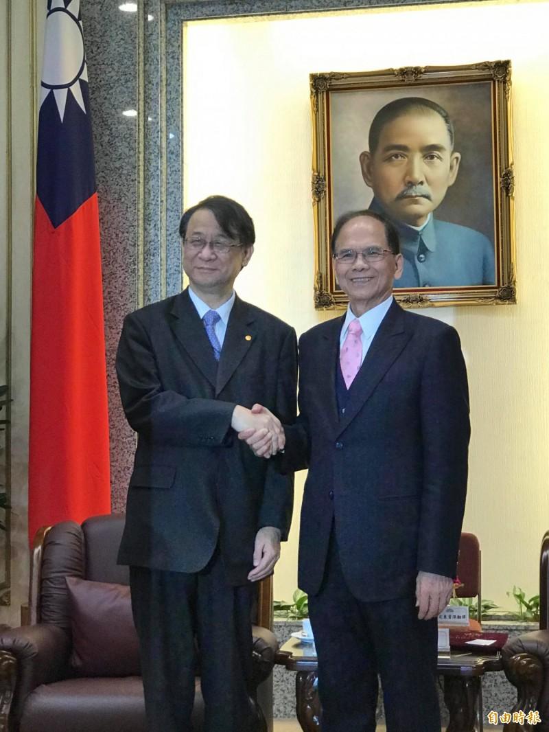 日本台灣交流協會代表泉裕泰(左)今到立法院拜會立法院長游錫堃。(記者彭琬馨攝)