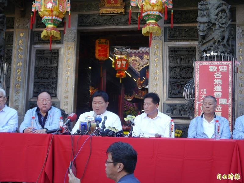 大甲鎮瀾宮董事長顏清標(左二)今天宣布大甲媽遶境仍要舉辦,但精簡規模。(記者張軒哲攝)