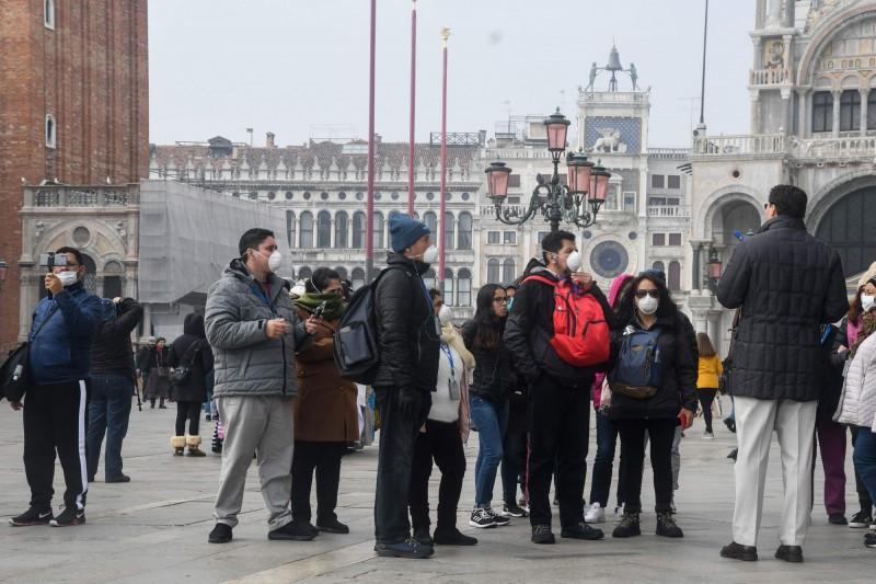 武漢肺炎疫情持續在全球擴散,義大利等歐洲地區及中東地區近期確診病例激增。圖為義大利威尼斯遊客。(法新社)