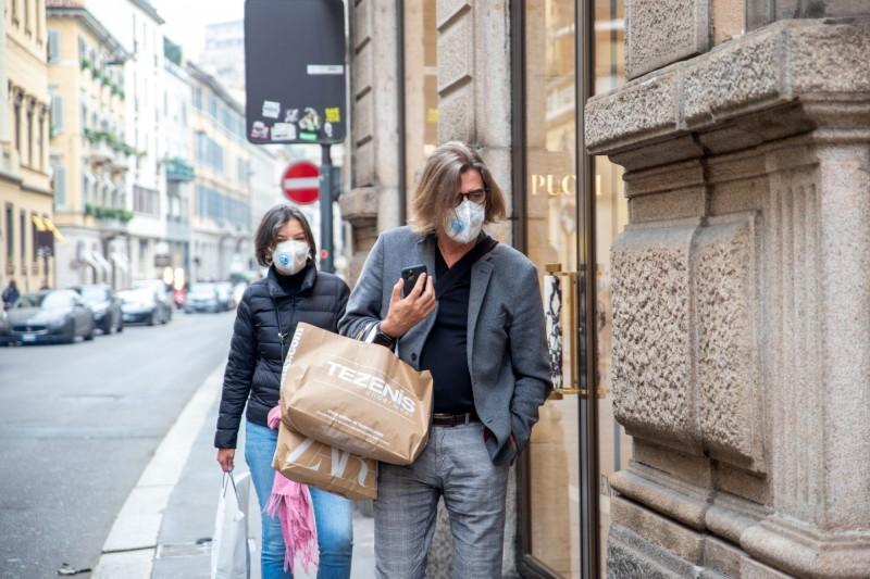 義大利今(26)日武漢肺炎疫情再惡化,「重災區」倫巴底(Lombardy)、威尼托(Veneto)傳出新增逾30個確診病例,包括4歲女童被感染;義大利總確診數上升至354例,死亡11人。圖為米蘭民眾戴口上街購物。(彭博)