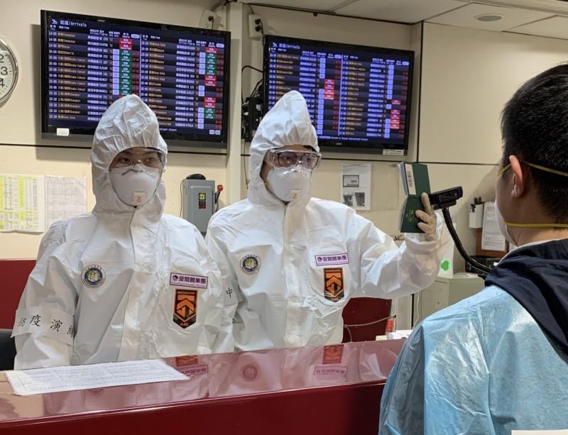 台北地檢署檢察官報驗生前曾發燒的死者,為求慎重,要求法醫與員警都必須穿防護衣。圖為移民署防疫演練時穿著防護衣。(資料照,記者王冠仁翻攝)
