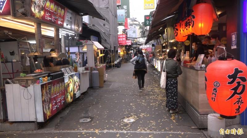 商圈少了許多觀光客,周末人潮也變得稀疏。(記者楊劼恩攝)