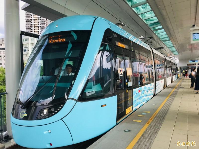 基隆輕軌計畫最早構想使用可行駛台鐵軌道與輕軌的Tram-Train列車,但已宣告出局,未來基隆車站只能在台鐵列車與輕軌二擇一。圖為已經通車的新北淡海輕軌綠山線列車。(資料照,記者陳心瑜攝)