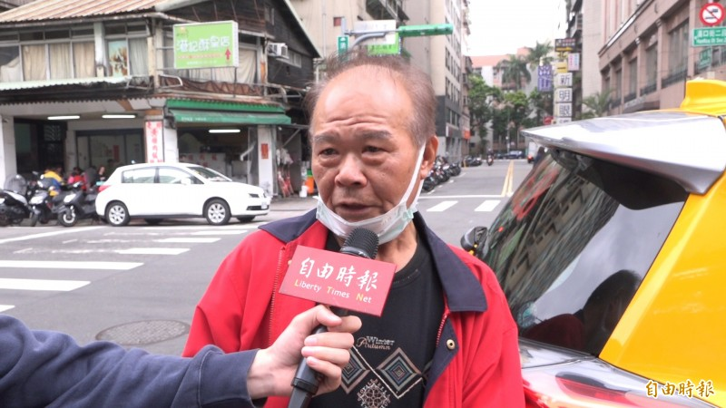 計程車司機表示不敢載外國人,生意至少減一半。(記者楊劼恩攝)