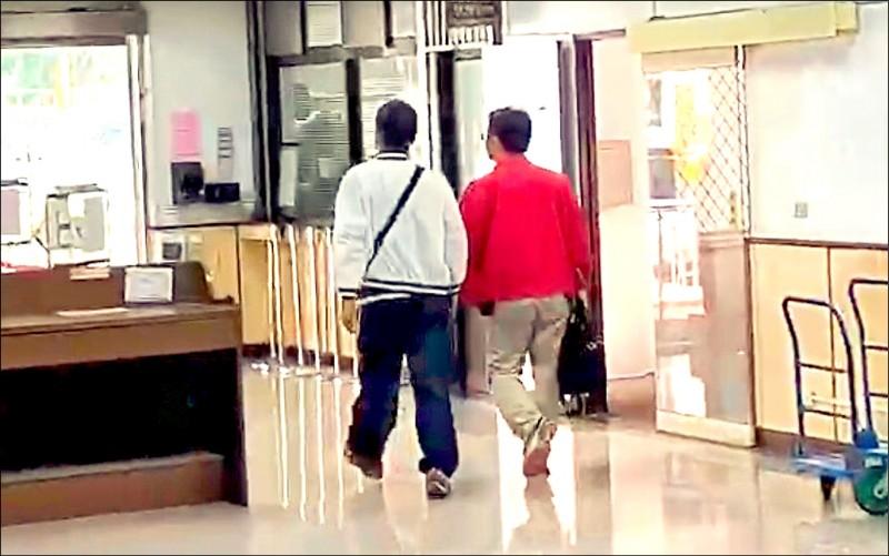 孫一鳴(左)聽完宣判後臉色鐵青迅速離開桃園地方法院。(記者周敏鴻攝)