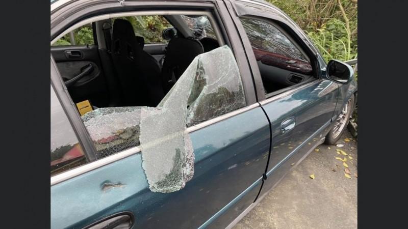 呂姓男子的轎車,遭陳男率眾持棍棒砸毀,車窗玻璃破裂。(記者林嘉東翻攝市議員陳宜臉書)